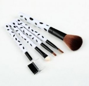 5 piece makeup brush set 300x289 7 Piece Makeup Brush Set with Silver Case for $4.68 Shipped! Plus 5 Piece Set for $1.99!