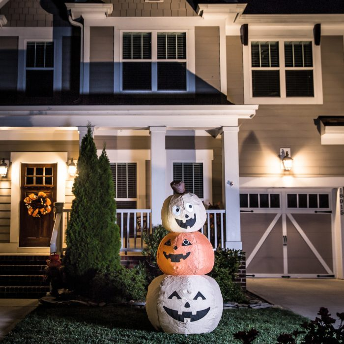 holiday-living-5-91-ft-x-2-95-ft-lighted-pumpkin-stack-halloween-inflatable